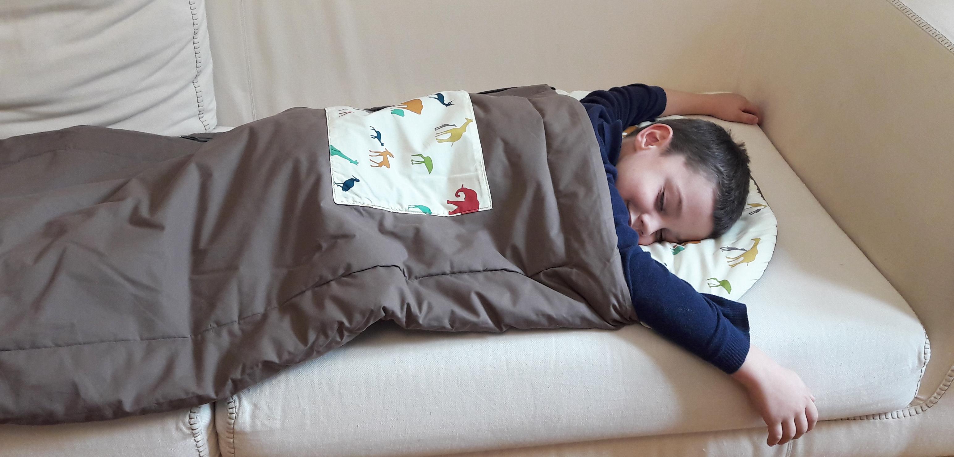 Le sac de couchage enfant pour la sieste à l'école